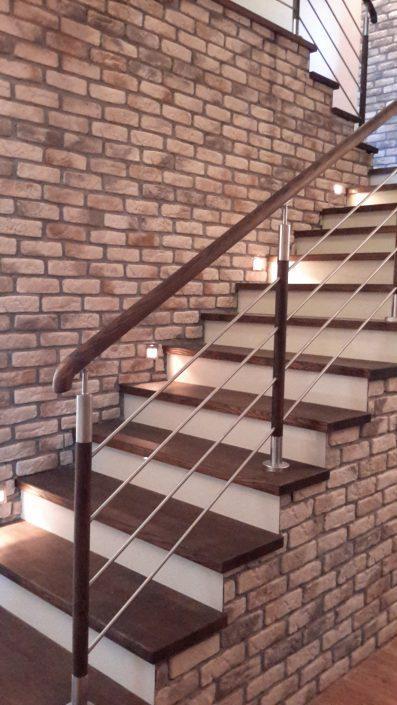 drewaniane schody i cegła