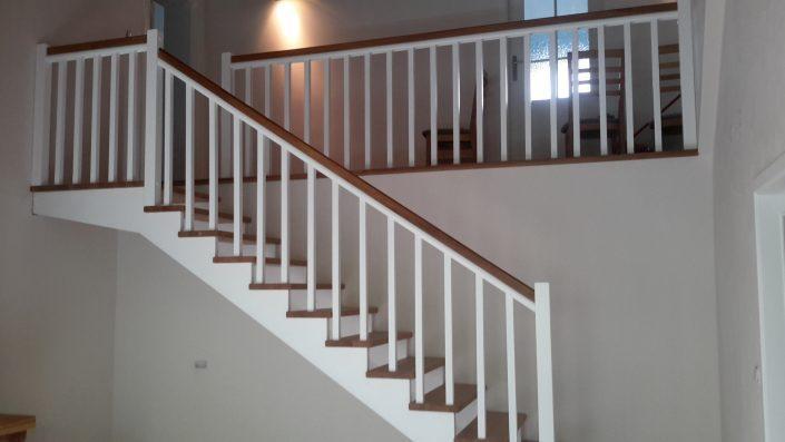 białe schody z drewna