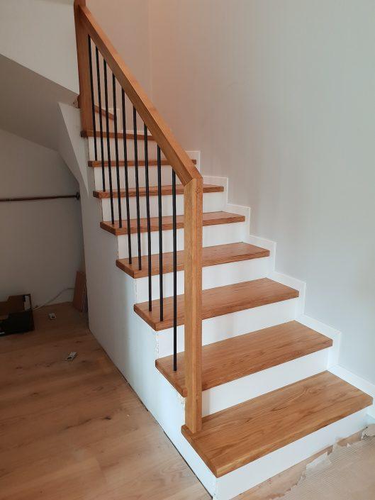 schody drewniane jasne